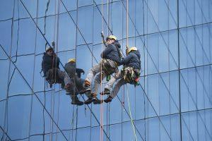 Fensterreiniger an der Glasfront